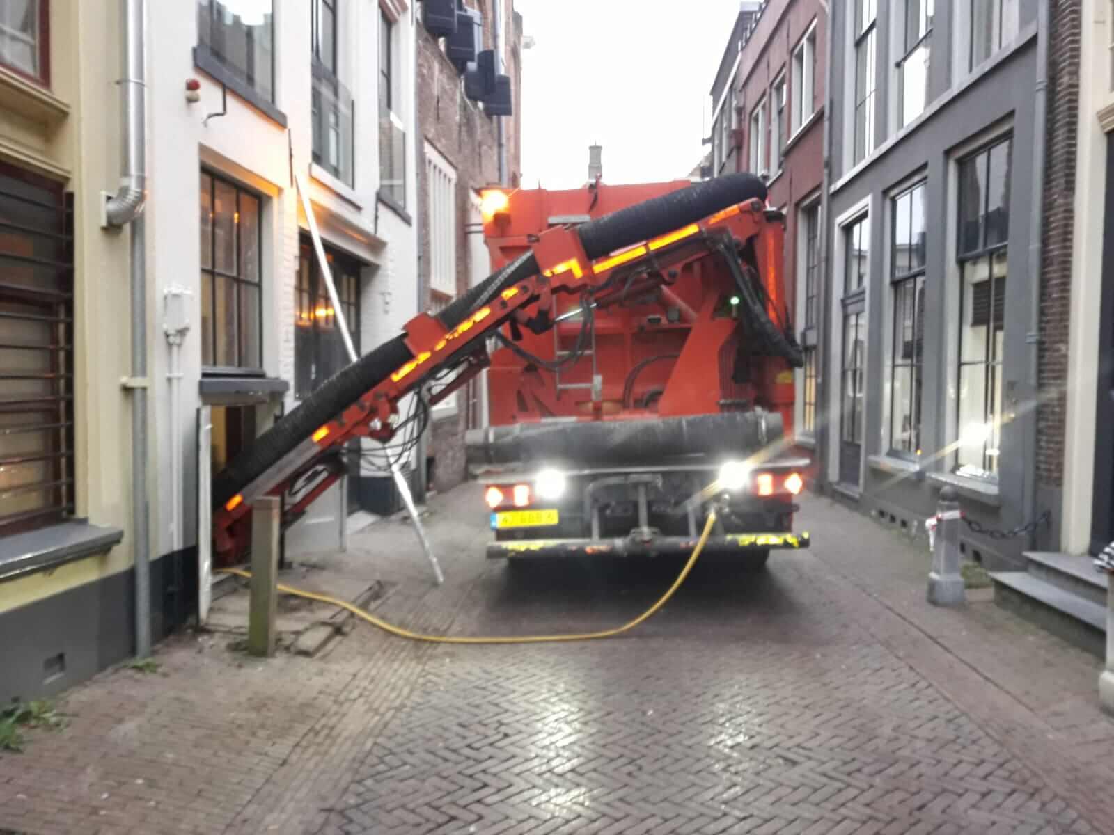 kelder uitgraven kelder uitdiepen wagen in smalle straat